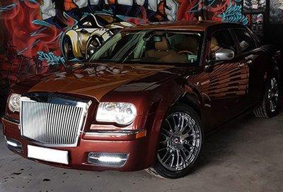 Thợ Việt biến Chrysler 300C Heritage Edition cũ thành Rolls-Royce Phantom sang chảnh 1