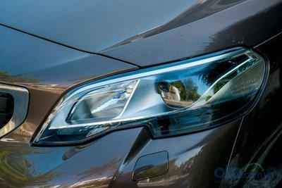 Cụm đèn pha sử dụng công nghệ chiếu sáng Bi-Xenon.