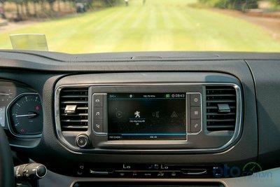 Màn hình điều khiển cảm ứng 7 inch có tích hợp tiếng Việt cho phép người dùng sử dụng các phần mềm từ điện thoại tương thích với MirrorLink®, Apple Carplay, Android Auto.