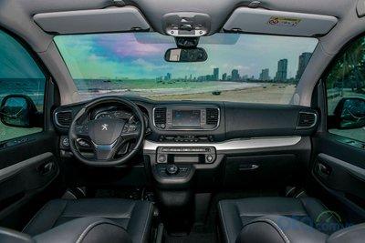 Peugeot Traveller Luxury và Premium sở hữu không gian rộng rãi, sang trọng với ghế bọc da cao cấp cùng với ốp trang trí tinh tế.
