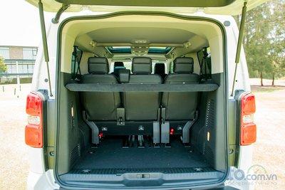 Thể tích cốp xe Traveller rộng giúp người dùng có thể chứa đựng nhiều vật dụng cá nhân hay hành lý cho những chuyển đi dài ngày mà không phải lo thiếu diện tích. Thể tích khoang hành lý khi sử dụng cả 7 ghế là 1.384 lít.
