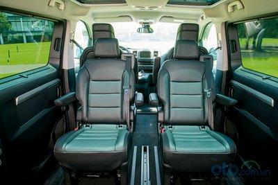 Người dùng có thể trượt, gập, xoay 180 độ, tháo rời các ghế ở hàng ghế thứ 2 và 3, thoải mái bố trí chỗ để chân cũng như khoang để hành lý.