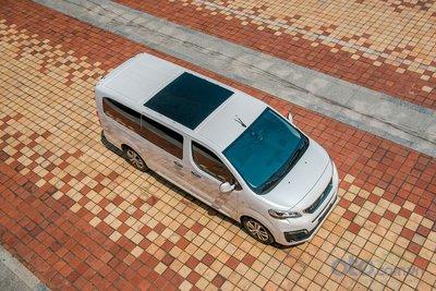 Peugeot Traveller sở hữu kích thước tổng thể lần lượt là 5.315 x 1.935 x 1.915 mm đối với phiên bản Luxury và 5315 x 1935 x 2030 mm đối với phiên bản Premium. Chiều dài cơ sở của Peugeot Traveller là 3.275 mm cùng với khoảng sáng gầm xe 170 mm.