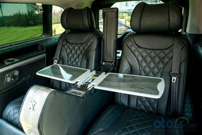 Nội thất phiên bản Premium sở hữu nhiều điểm khác biệt so với phiên bản Luxurry, thiết kế khoang thương gia phía sau vách ngăn với 2 ghế thương gia chỉnh điện 8 hướng tích hợp, tựa chân, tựa tay, bàn làm việc, tính năng massage, thổi gió....