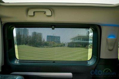Cửa sau của Peugeot Traveller Premium có thêm trang bị rèm che nắng.