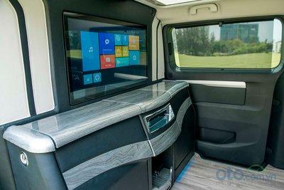 Khoang còn được bố trí hệ thống giải trí tách biệt với khoang lái với 6 loa, 1 sub và màn hình giải trí 32 inch tích hợp hệ điều hành Android cùng ổ cứng dung lượng 500GB.