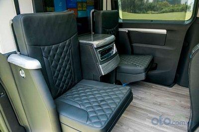 Ấn tượng hơn là 2 ghế phụ có thể gập – mở linh hoạt vào vách ngăn theo điều kiện sử dụng.