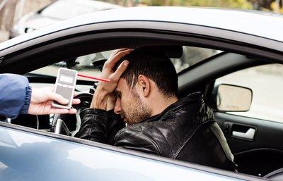 Cảnh sát Mỹ làm gì khi ma men lái xe bất hợp tác? a1