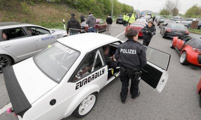 Cảnh sát tịch thu hàng trăm siêu xe