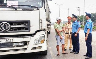 Tổ công tác CSGT Công an Hà Nội kiểm tra đột xuất đối với các tài xế...