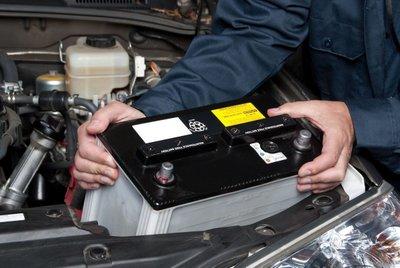 Vệ sinh kỹ lưỡng các điện cực trước khi thay thế ắc-quy ô tô