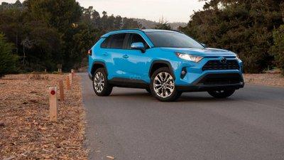 Toyota RAV4 2019 màu xanh đỗ trên đường