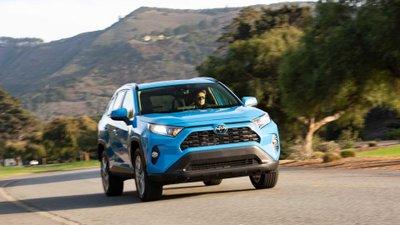 Toyota RAV4 2019 di chuyển trên đường