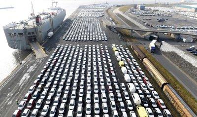 Ô tô Volkswagen xếp hàng chuẩn bị được xuất khẩu sang Mỹ.