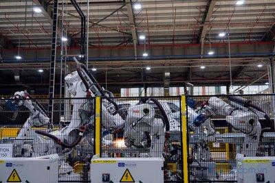 Các robot trong nhà máy thực hiện 6 nghìn điểm hàn máy.