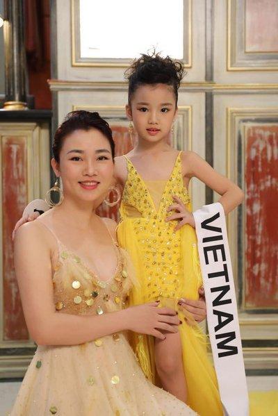 Bảo Anh - Hoa hậu hoàn vũ nhí 2019 được đón bằng siêu xe dát vàng khi trở về nước a7