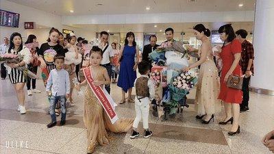 Bảo Anh - Hoa hậu hoàn vũ nhí 2019 được đón bằng siêu xe dát vàng khi trở về nước a3