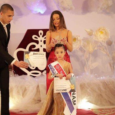 Bảo Anh - Hoa hậu hoàn vũ nhí 2019 được đón bằng siêu xe dát vàng khi trở về nước a8