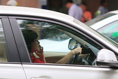 Dùng điện thoại khi lái xe ô tô