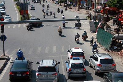 Tài xế vượt đèn đỏ tại Việt Nam