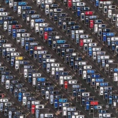 Đỗ xe ô tô head-in hay head-out mới đúng? - Ảnh 1.
