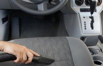 Vệ sinh sạch sẽ khoang nội thất để khử mùi xe ô tô do thuốc lá bám vào.