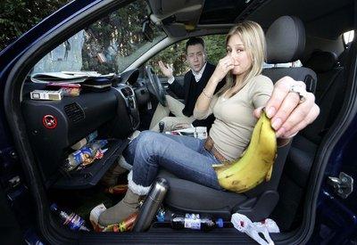 Nên vệ sinh ngay sau khi ăn uống trên xe để khử mùi ô tô tốt nhất.