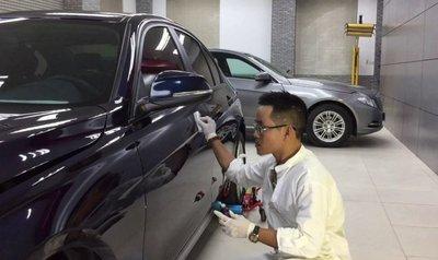 Mang xe đến gara uy tín để xử lý vết trầy xước nặng.