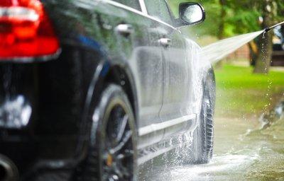 Thường xuyên rửa xe sạch sẽ cũng là cách bảo về lớp sơn xe luôn bóng, đẹp.