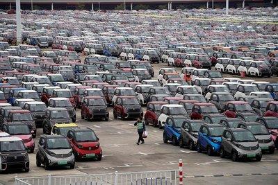 Xe điện được xếp bên cạnh nhà máy của GM tại Trung Quốc.