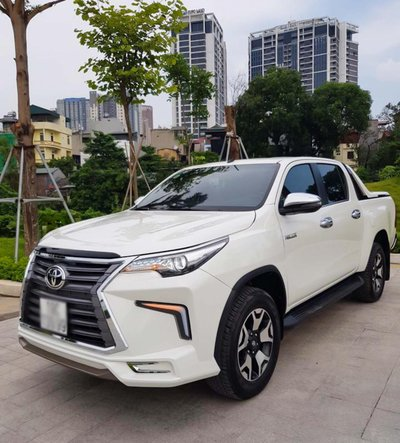 """Toyota Hilux tại Việt Nam """"hóa thân"""" thành Lexus LX 570 a4"""