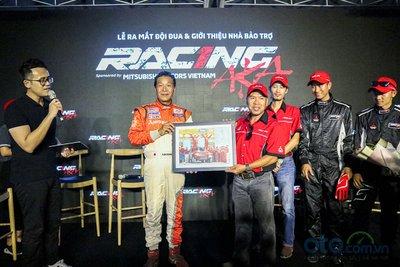 Ông Masuoka trao tấm hình kỷ niệm cho đội đua RACING AKA.