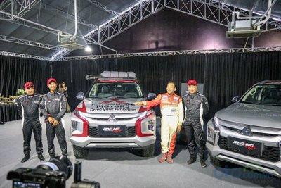 Hai chiếc Mitsubishi Triton được trao cho đội đua RACING AKA.