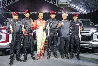 Đồng hành cùng RACING AKA không chỉ có Mitsubishi Motors Việt Nam mà còn có cả sự hỗ trợ về kinh nghiệm của ông Hiroshi Masuoka – một vận động viên đua xe huyền thoại của Mitsubishi với thành tích 2 lần liên tiếp vô địch Dakar Rally .