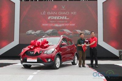 Những khách hàng đầu tiên nhận xe VinFast Fadil.
