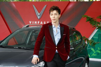"""Bộ tứ diễn viên """"Về nhà đi con"""" hội ngộ tại lễ bàn giao xe VinFast Fadil a21"""