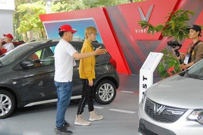 """Bộ tứ diễn viên """"Về nhà đi con"""" hội ngộ tại lễ bàn giao xe VinFast Fadil a24"""