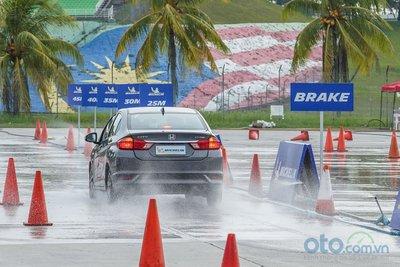 Bài thử khoảng cách phanh trên đường ướt.