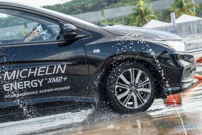Cảm nhận khác biệt khi lái xe lắp lốp Michelin với các đối thủ lốp khác 2.