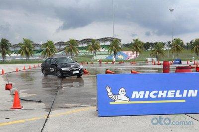 Cảm nhận khác biệt khi lái xe lắp lốp Michelin với các đối thủ lốp khác 1.