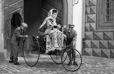Bà Bertha Benz - vợ ông Karl Benz lái Benz Patent Motorwagen xuyên suốt hành trình dài 194km.