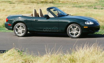 2001: Mazda MX-5 Miata British Racing Green trở lại.