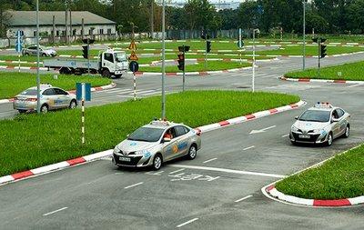 Người có bằng lái xe B1, B2, C, D, E, F được phép điều khiển xe ô tô, ô tô tải... theo đúng quy định.