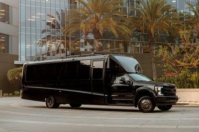 """Đột nhập """"ngôi nhà di động"""" mạ vàng 24k siêu sang của hãng độ xe Mỹ Lexani 1"""