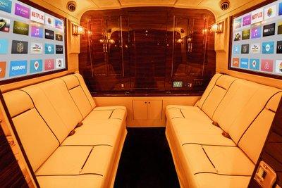 """Đột nhập """"ngôi nhà di động"""" mạ vàng 24k siêu sang của hãng độ xe Mỹ Lexani a4"""