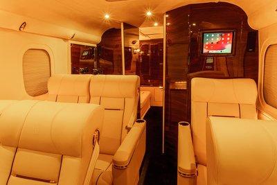 """Đột nhập """"ngôi nhà di động"""" mạ vàng 24k siêu sang của hãng độ xe Mỹ Lexani a3"""