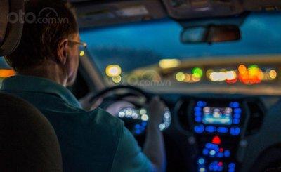 Người già lái xe buổi tối