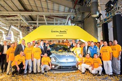 Chiếc Volkswagen Beetle cuối cùng rời dây chuyền sản xuất, kết thúc một cuộc đời  1a