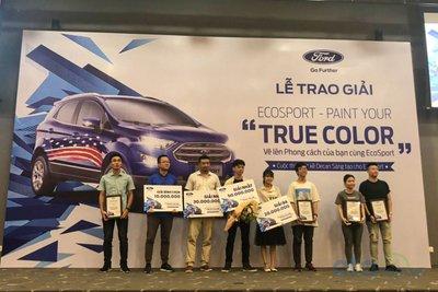"""Ban tổ chức trao giải các tác giả đã xuất sắc giành được giải thưởng trong cuộc thi Ford EcoSport - Paint Your """"True Color""""."""