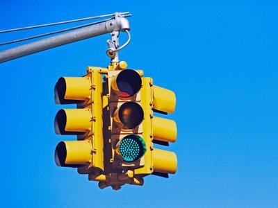 Chú ý khi đang dừng đèn đỏ.